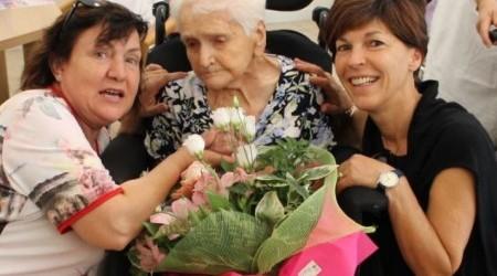 La signora Maria tra l'ex sindaco Maria Teresa De Bortoli e il Direttore Roberta Bortoluz